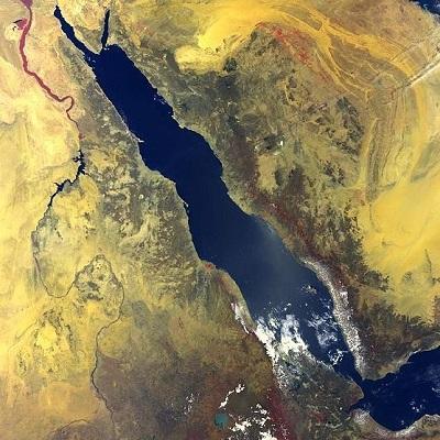 O Mar Vermelho, entre a África e a Península Arábica, se originou de uma enorme falha geológica. Foi assim que o relevo da região foi rebaixado, acumulando água e formando o Planalto dos Grandes Lagos. (Foto: Wikimedia Commons)