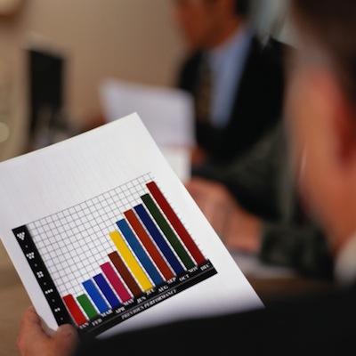Quem optar pela área de marketing vai planejar e desenvolver produtos, estabelecer estratégias de preço, distribuição e venda, desde a campanha até a aproximação com o consumidor.