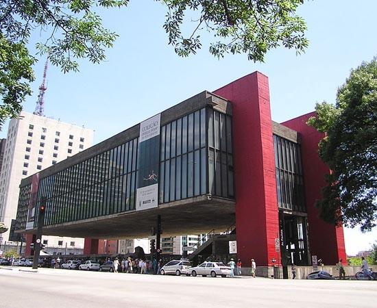 MASP - O Museu de Arte de São Paulo Assis Chateaubriand possui mais de 8 mil peças, dentre as quais destacam-se as pinturas italianas e francesas. Seu acervo é tombado pelo Patrimônio Histórico e Artístico Nacional desde 1969. É um dos cartões postais de São Paulo. Localiza-se na Avenida Paulista.