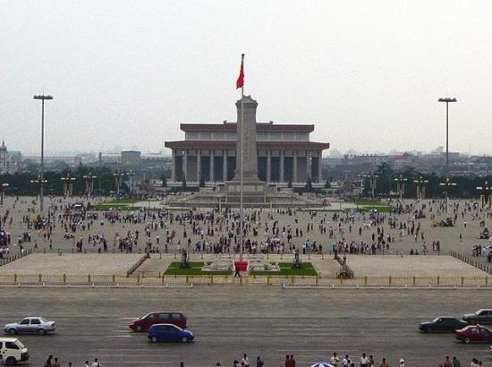 Em 1989,  o governo de Dèng Xiǎopíng reprimiu violentamente as manifestações da Praça da Paz Celestial. Ele renunciou após a repercussão internacional negativa e, anos mais tarde, se aposentou. (Foto: Wikimedia Commons)