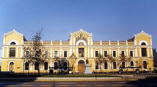 A instituição chilena oferece 21 MBA´s. Os cursos exploram diferentes áreas, desde marketing até políticas públicas. Créditos: Wiki Commons