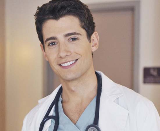 Médico residente Wren Kingston da série 'Pretty Little Liars'.