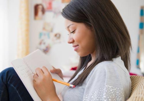 menina-casa-estudo-caderno.jpg