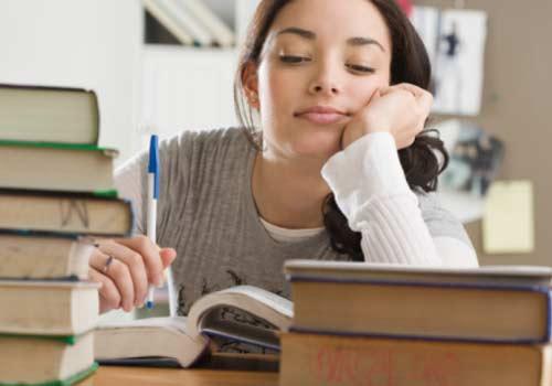 menina-estudo-livros-saco-cheio.jpg