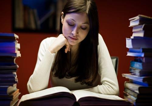 menina-estudo-pilha-livros.jpg