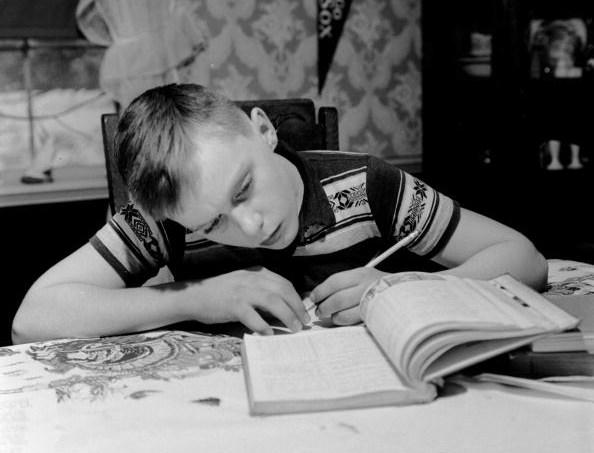 menino-estudando-mesa.jpg