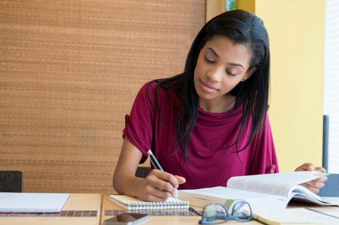 moca-estudando-concentrada.jpg