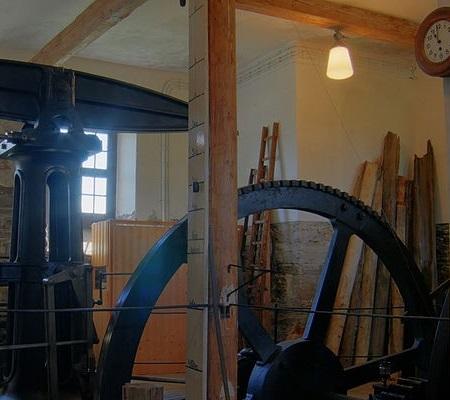 Em 1698, o inglês Thomas Newcomen desenvolveu um equipamento para drenar água das minas de carvão. O sistema foi aperfeiçoado por James Watt que, em 1768, inventou a máquina a vapor. (Foto: Wikimedia Commons)