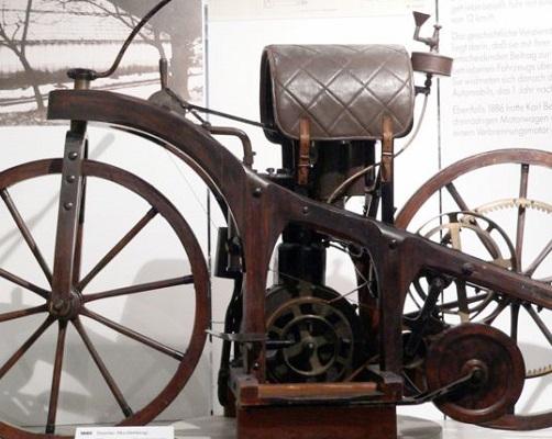 O primeiro motor a explosão foi criado em 1885, pelo alemão Wilhelm Daimler, que  também criou a motocicleta. Não demorou muito até que a indústria automobilística se desenvolvesse. (Foto: Wikimedia Commons)