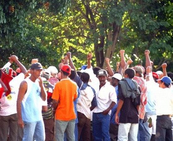 Movimentos Sociais - Os movimentos sociais brasileiros ganharam mais importância a partir da década de 1960, quando surgiram os primeiros movimentos de luta contra a política vigente, ou seja, a população insatisfeita com as transformações ocorridas tanto no campo econômico e social.