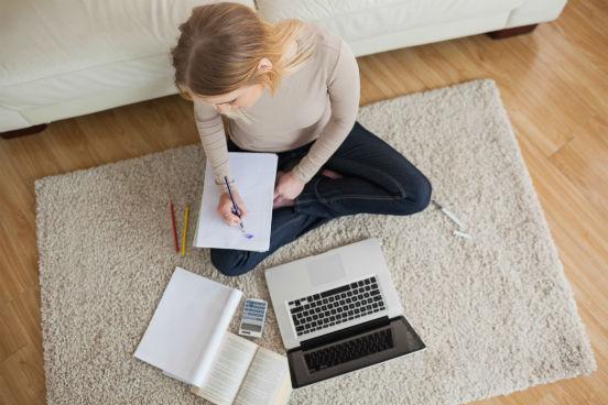 mulher-fazendo-tarefa-no-chao-com-notebook.jpg