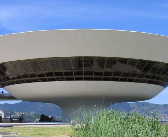 MUSEU DE ARTE CONTEMPORÂNEA DE NITERÓI - É um dos museus mais famosos do Brasil por causa de sua arquitetura exótica, projetada por Oscar Niemeyer. Abriga a segunda maior coleção de arte contemporânea do país.