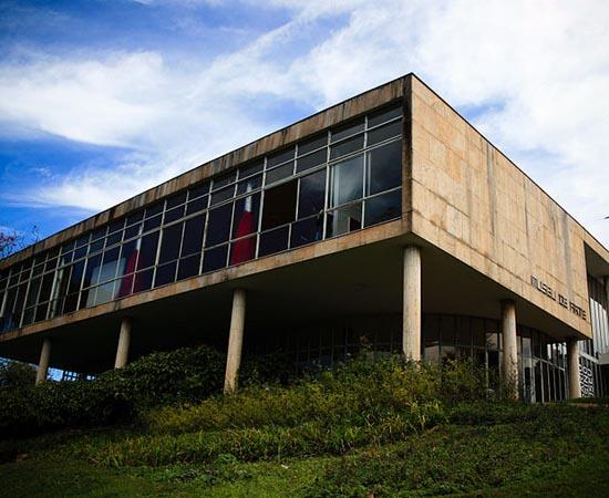 MUSEU DE ARTE DA PAMPULHA - Localiza-se em Belo Horizonte (MG), em um edifício projetado por Oscar Niemeyer (e que antes abrigava um cassino). Possui mais de 1.600 peças de Arte Contemporânea.