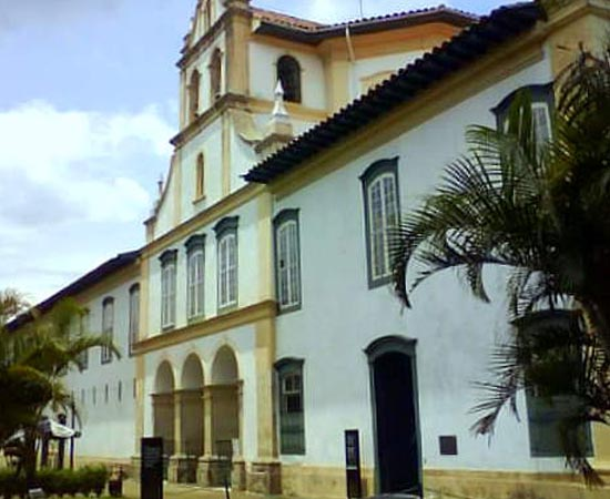 MUSEU DE ARTE SACRA DE SÃO PAULO - É um importante centro de estudo, conservação e exposição de objetos relacionados à arte sacra. Possui mais de 12 mil itens. Está localizado no Mosteiro da Luz, em São Paulo.