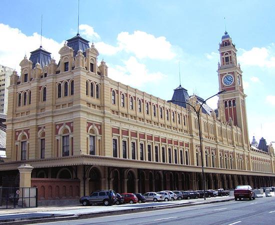 MUSEU DA LÍNGUA PORTUGUESA - É um museu interativo sobre a língua portuguesa. Está localizado na Estação da Luz, no centro de São Paulo. Expõe objetos, vídeos, sons e projeções.