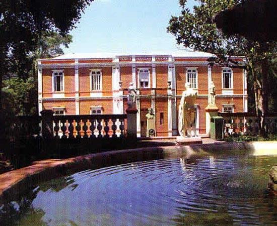 MUSEU MARIANO PROCÓPIO - Localizado em Juiz de Fora (MG), é um dos principais acervos com país, com mais de 50 mil itens. Exibe pinturas, esculturas, peças de História Natural, armas, joias, moveis e objetos sacros.