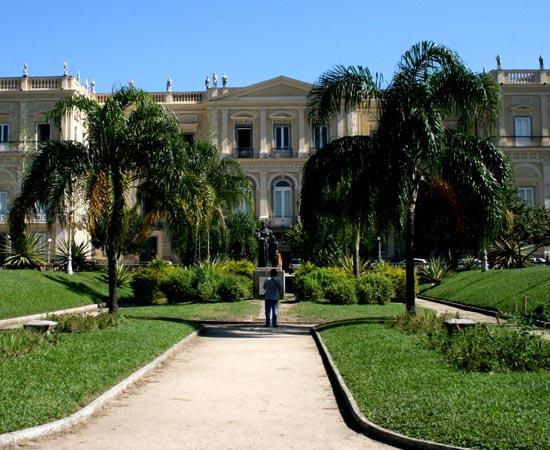 MUSEU NACIONAL - É o museu mais antigo do Brasil. Reúne os maiores acervos científicos da América Latina. Exibe mais de três mil itens. Integra a estrutura acadêmica da Universidade Federal do Rio de Janeiro (UFRJ). Está localizado na Quinta da Boa Vista, em São Cristóvão (RJ).