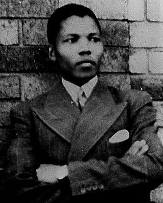 Foi nesse contexto que surgiu a figura de Nelson Mandela. Jovem militante,  Mandela começou sua luta quando ainda estudava direito. Ajudou a fundar a Liga Jovem do Congresso Nacional Africano, que veio a presidir mais tarde. Em pouco tempo, passou a ser reconhecido como um líder para movimento pela libertação dos negros. Apesar de ter ficado mundialmente conhecido como um pacifista e por ser adepto da desobediência civil, Mandela também defendeu a luta armada quando julgou que ela era necessária. (Foto: Wikimedia Commons)