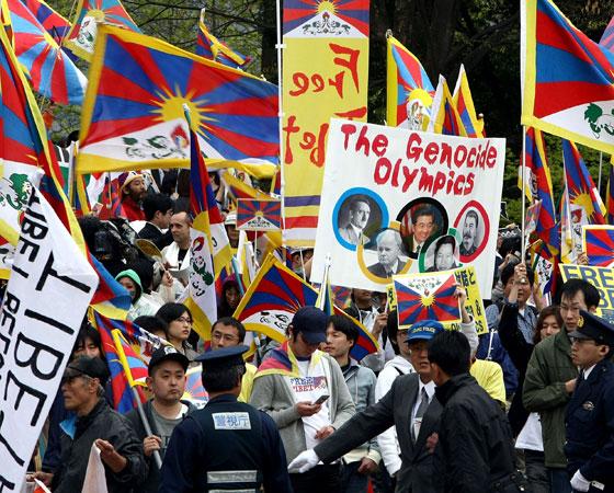 Na edição dos Jogos realizada em Pequim, o Tibete, ao sul da China, ganhou destaque com os protestos realizados durante o evento por monges e simpatizantes pela independência da região. A China repreendeu o movimento com violência, o que rendeu ameaças (não cumpridas) de boicotes econômicos por parte de outros países. Crédito: Getty Images