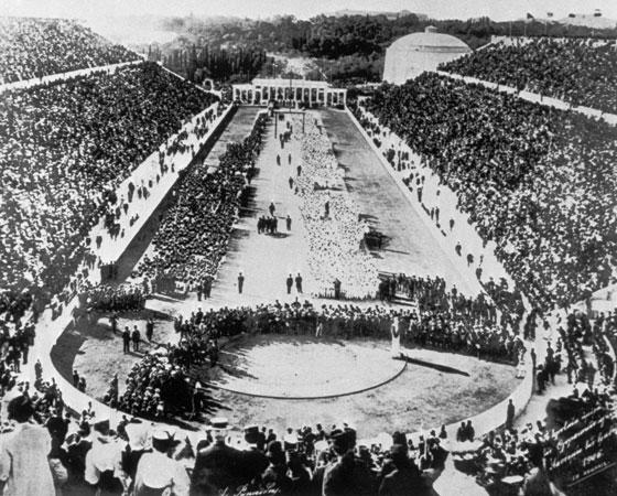 A ideia foi aceita e logo foi criado um Comitê Olímpico Internacional, que marcou para 1896, em Atenas, a primeira edição dos jogos modernos. Participaram 13 países com 245 atletas no total, todos homens. O Brasil não foi - nossa estreia só aconteceria em 1920 em Antuérpia, na Bélgica. Na foto: cerimônia de abertura dos Jogos Olímpicos em Atenas. Crédito: Getty Images