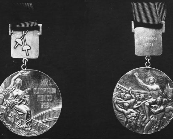 A entrega de medalhas de ouro só começou na Olimpíada de 1904 em Saint Louis, nos Estados Unidos. Essa é considerada uma das mais mal organizadas da história: as disputas duraram quase cinco meses e ficaram marcadas por um episódio grotesco. O corredor norte-americano Fred Lorz chegou em primeiro lugar na maratona, mas logo foi desclassificado. Depois de correr os primeiros 10 quilômetros, ele pegou carona em um carro que o levou até perto do estádio. De lá voltou à corrida como se nada tivesse acontecido. Na foto: medalhas de ouro dos Jogos Olímpicos do México em 1968. Crédito: Getty Images