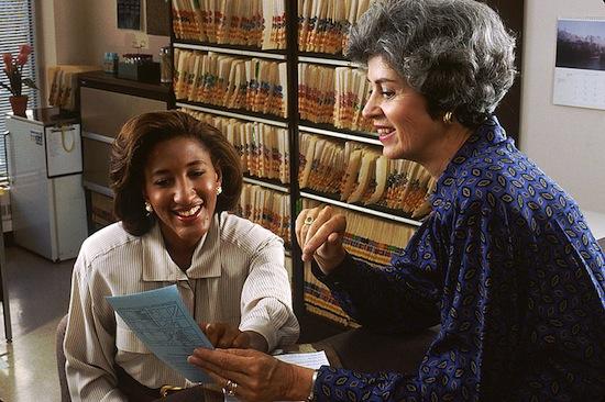 ORIENTAÇÃO PROFISSIONAL - Atua no aconselhamento de jovens e adultos em aspectos relacionados à escolha da carreira, cursos e profissões a seguir.