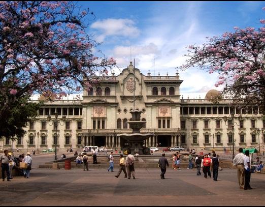 A primeira vez que os Estados Unidos ajudaram a instalar uma ditadura em nosso continente foi na Guatemala, em 1954 - 10 anos antes da ditadura brasileira. O presidente do país, Jacobo Arbenz, foi derrubado pelos militares. Na foto, o Palácio que serve de sede para o Poder Executivo da Guatemala. Foto: Wikimedia Commons