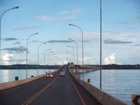 Muitos dos rios brasileiros são de planalto e desaguam no mar, havendo um reduzido número de lagos dentro do território nacional. Por conta dessas características, nosso país tem um grande potencial hidrelétrico. (Foto: Wikimedia Commons)