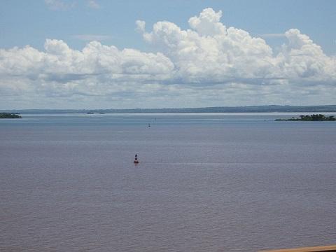 Os rios brasileiros são alimentados pelas águas das chuvas. Na maioria deles, as cheias acontecem no verão. Já os rios que passam pelo nordeste costumam ter cheias no outono e no inverno. (Foto: Wikimedia Commons)