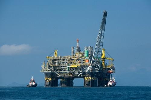 Segundo o Ministério do Desenvolvimento, Indústria e Comércio Exterior (MDIC), os produtos que o Brasil mais importa são combustíveis, como petróleo bruto e óleos. Juntos, representam 18,5% do total das importações brasileiras.  (Wikimedia Commons)