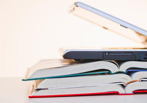 pilha-livros-laptop.jpg