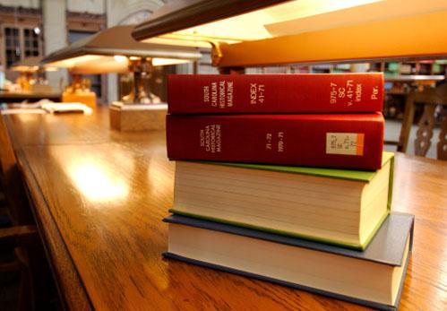 pilha-livros-mesa.jpg