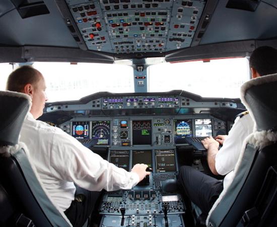 PILOTAGEM PROFISSIONAL DE AERONAVES - Esse tecnólogo usa técnicas para comandar e pilotar aeronaves de diferentes portes, como helicópteros, monomotores, bimotores, entre outros. ele conhece os modernos sistemas de navegação e as normas de segurança para condução de voo e os aplica no seu trabalho.