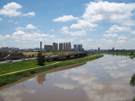 Nas grandes cidades, a água de rios e lagos pode sofrer as consequências da poluição. E tem ainda o problema do desperdício de recursos hídricos e da poluição dos rios. (Foto: Wikimedia Commons)