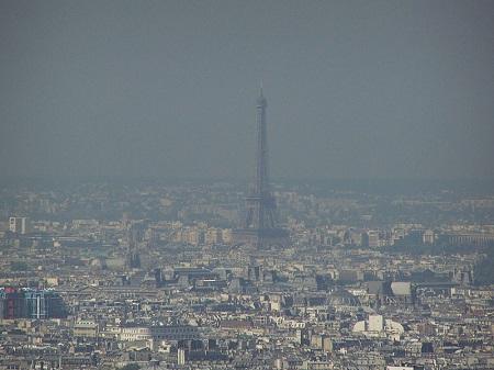 Um fenômeno comum em grandes cidades é a inversão térmica, que ocorre quando as camadas da atmosfera se invertem, ficando as mais frias próximas ao solo. Isso dificulta a circulação do ar e aumenta a poluição. (Foto: Wikimedia Commons)