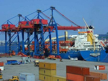 Segundo os dados da Balança Comercial Brasileira, divulgados pelo MDIC, 45% do total de importações brasileiras é de matérias-primas, usadas na produção industrial do país.