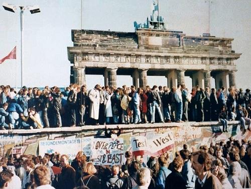 A queda do muro de Berlim - O marco mais simbólico do fim da Guerra Fria foi a queda do muro de Berlim, em novembro de 1989. O símbolo de um mundo dividido ficou de pé em Berlim durante quase três décadas.