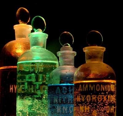 Com salário médio de R$ 1.850, o analista químico foca no controle de qualidade e em outras situações de laboratório. (Foto: Wikimedia Commons)