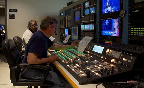 Nem só de jornalistas vive a cobertura feita pela imprensa. Emissoras de rádio e TV também precisam de profissionais em outras áreas, por exemplo, para criar e editar programas televisivos. (Foto: Creative Commons)