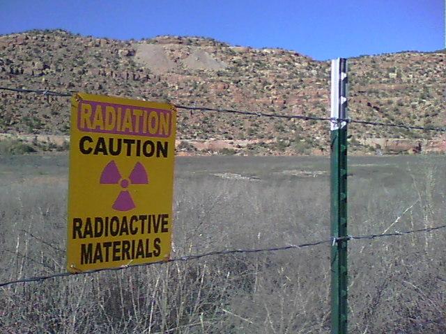 Transformações nucleares, conceitos fundamentais da radioatividade, reações de fissão e fusão nuclear e desintegração radioativa e radioisótopos.