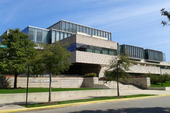 Mais uma universidade americana para a lista: os ex-alunos da Booth School of Business, da University of Chicago, receberam 44,2% de aumento em seus salários após o curso. Além disso, 76% deles foram promovidos ou investiram em um negócio próprio. (Imagem: Wikimedia Commons/Matthew G. Bisanz)