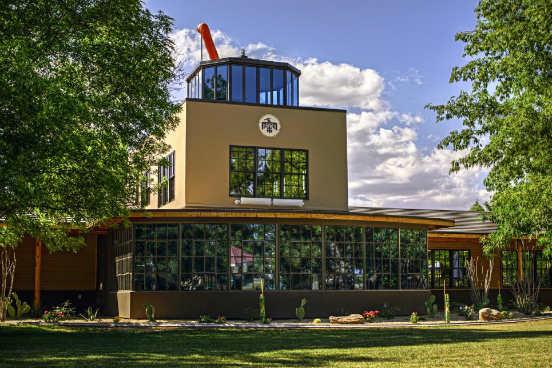 Na 7ª posição está a Thunderbird School of Global Management, que fica no estado do Arizona, nos Estados Unidos. Ao frequentarem a escola, 74% dos alunos ganharam uma promoção ou investiram em seu próprio negócio. Um ano após o fim do curso, os ex-alunos receberam um aumento de 29,3% em seus salários. (Imagem: Reprodução/Linkedin)