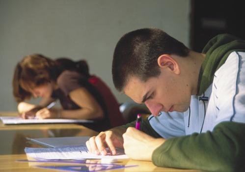 rapaz-concentrado-mesa-prova.jpg
