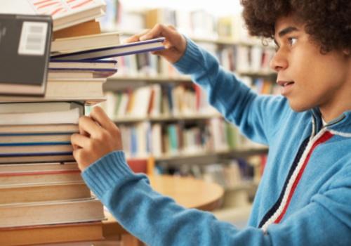 rapaz-pilha-livros.jpg