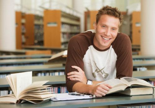 rapaz-sorrindo-pesquisa-biblioteca.jpg