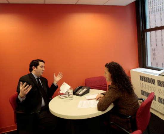 O administrador de RH cuida de todas as questões que tenham a ver com a relação funcionário-empresa. Entre suas funções, este profissional cuida de seleções e entrevistas, desenvolve planos de salário e de carreira e promove sessões de treinamento e programas de incentivo para os funcionários.