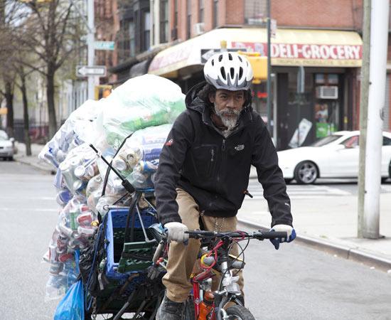 Concorre ao Oscar de Melhor Documentário em curta-metragem e mostra a vida de catadores de lixo norte-americanos que sobrevivem com o dinheiro da reciclagem. Vale a pena assistir para conhecer os problemas sociais e de moradia dos Estados Unidos, que muitas vezes são camuflados pelo seu status de -país desenvolvido-. ESTUDE: ECONOMIA NORTE-AMERICANA, DESIGUALDADE SOCIAL. (imagem: reprodução)