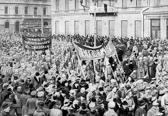 A participação da Rússia na Primeira Guerra Mundial e a condição dos  operários, que trabalhavam muito e ganhavam quase nada, foram algumas das causas da insatisfação popular.