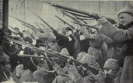 Ao tomar o poder russo, Lenin acreditava que a revolução operária continuaria em todo o mundo, garantindo a sobrevivência da revolução. Como isso não ocorreu, ele teve que recorrer ao chamado Comunismo de Guerra.