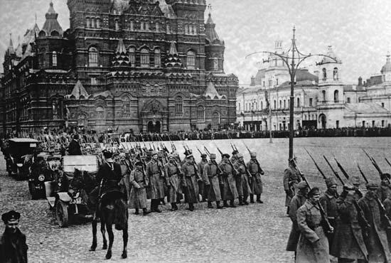 Após a revolução, Lenin sofreu diversos atentados. Num deles ele foi baleado e quase morreu, em 1918. Foi nessa época que começou o período chamado de Terror Vermelho, em que diversos apoiadores do regime anterior, e até mesmo a família real, foram executados.